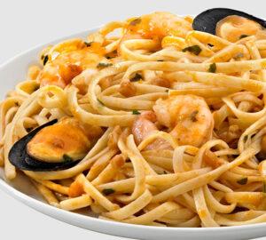 Tagliatelle alla Marinera Tallarines amb salsa marinera, musclos i gambes.