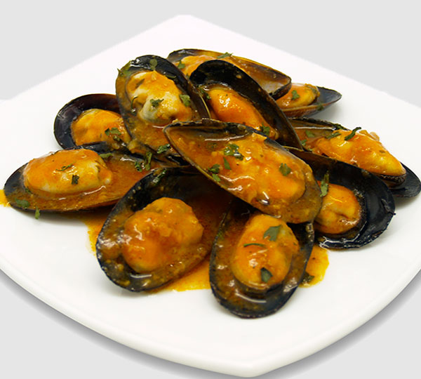 Musclos a la marinera-Musclos amb salsa marinera a base de tomàquet, ceba, oli de gira-sol i vi blanc.