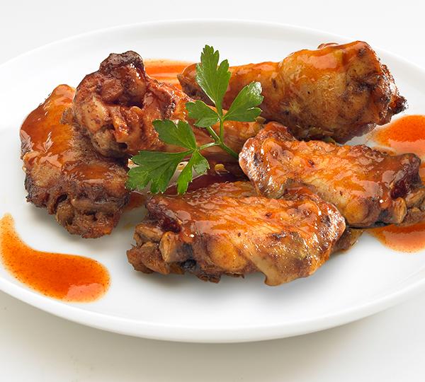 Aletes de pollastre especiades-Aletes de pollastre adobades i cuites.