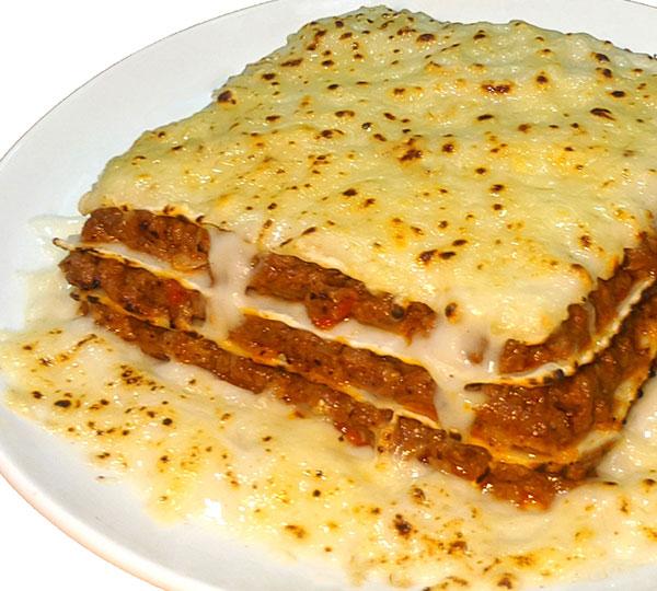 Lasanya de carn-Làmines de pasta amb la tradicional salsa bolonyesa entre elles, feta amb carn de vedella guisada amb hortalisses i vi negre, cobertes amb salsa beixamel i formatge.