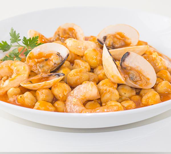 Cigrons a la marinera-Cigrons amb salsa marinera, cloïsses i gambes pelades.