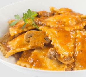 Raviolis fiorentina Pasta a l'ou farcida de carn amb salsa de vegetals i xampinyons.